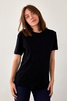 Vreedzame vrouw in zwart t-shirt in studio