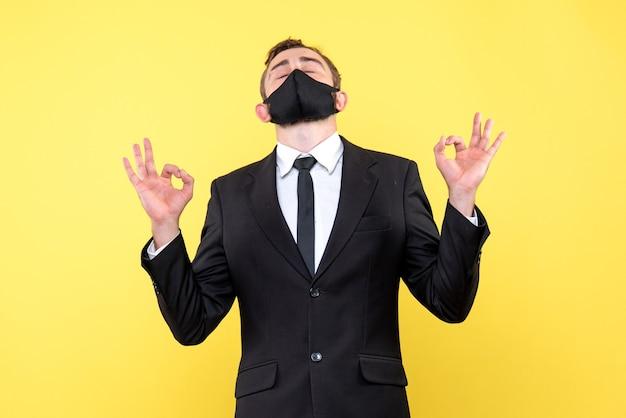 Vreedzame zakenman die zijn ogen sluit en geniet van de stilte die probeert een oplossing te vinden