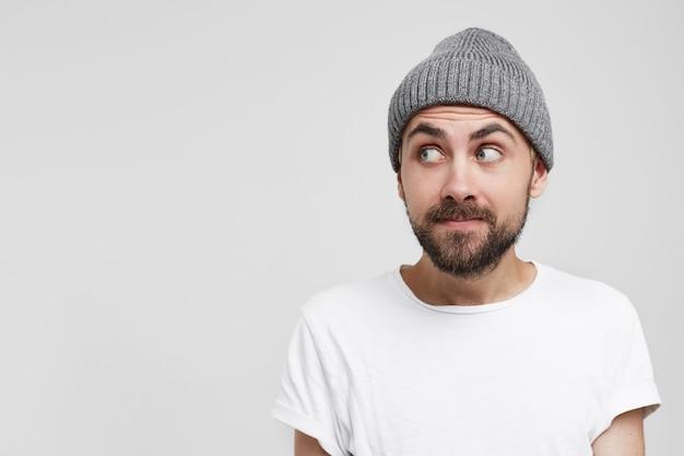Vreemd genoeg close-up van een jonge man in een grijze hoed