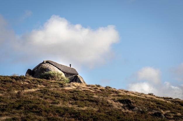 Vreemd huis in het midden van twee rotsen in het noorden van portugal, in fafe -