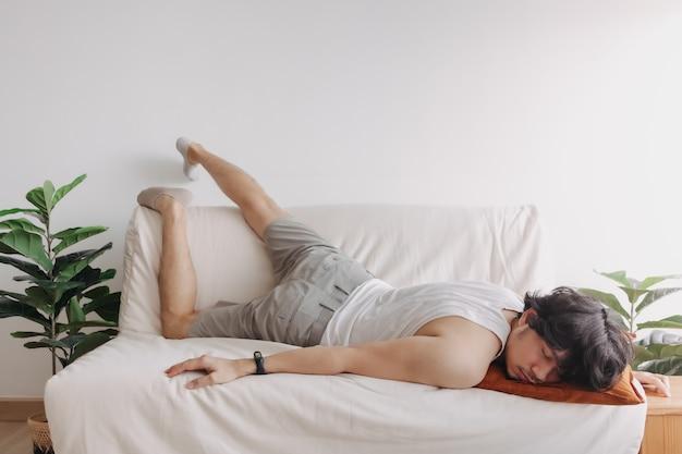 Vreemde en grappige slaaphouding van man in zijn appartement op een saaie vrije dag
