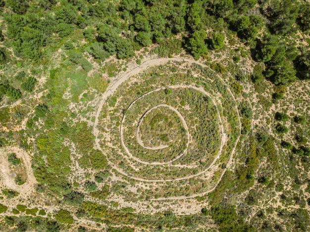 Vreemde verlaten constructie in de vorm van een spiraal