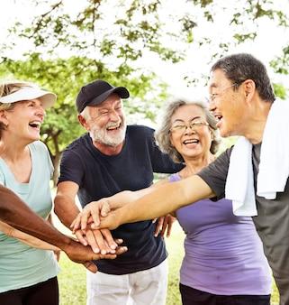 Vreugde diverse toevallige bejaarde gepensioneerde gepensioneerde actieve concept