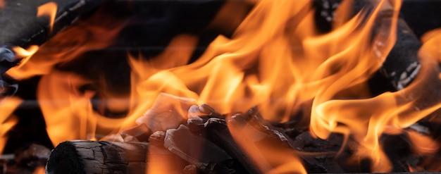Vreugdevuur in de barbecue, brandhout brandt, vlam van vuur, horizontaal