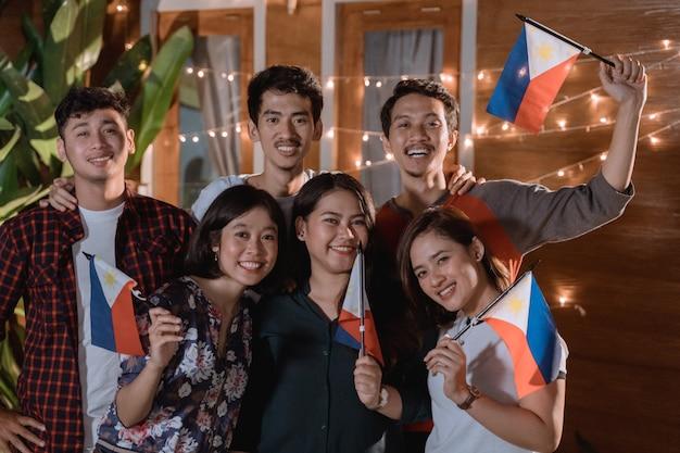 Vriend die de nationale onafhankelijkheidsdag van filippijnen viert