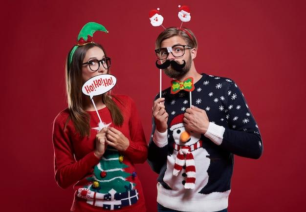 Vriend en vriendin met kerstmaskers