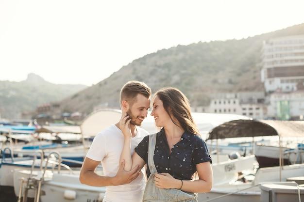 Vriend en vriendin poseren in een haven