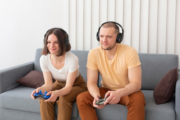 Vriend en vriendin spelen videogames