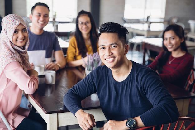 Vriend plezier samen in een café