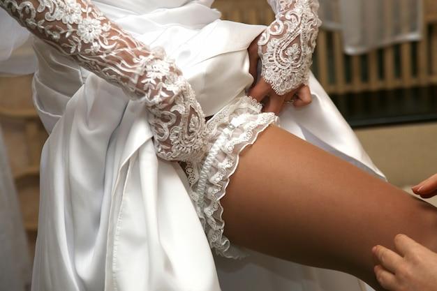 Vriend van de bruid draagt haar trouwkouseband