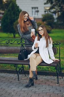 Vriend wit hout communicatie jas