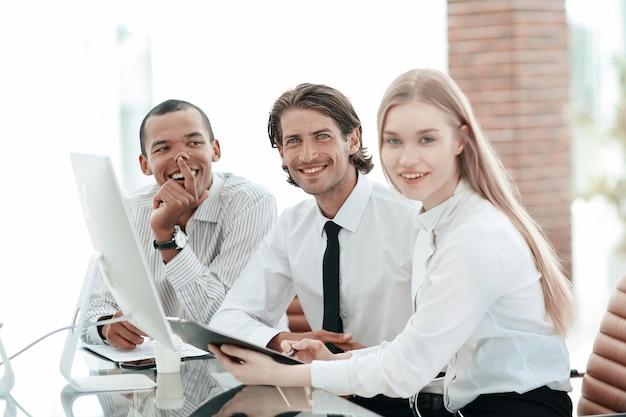Vriendelijk commercieel team dat veelbelovende zakelijke ideeën bespreekt.
