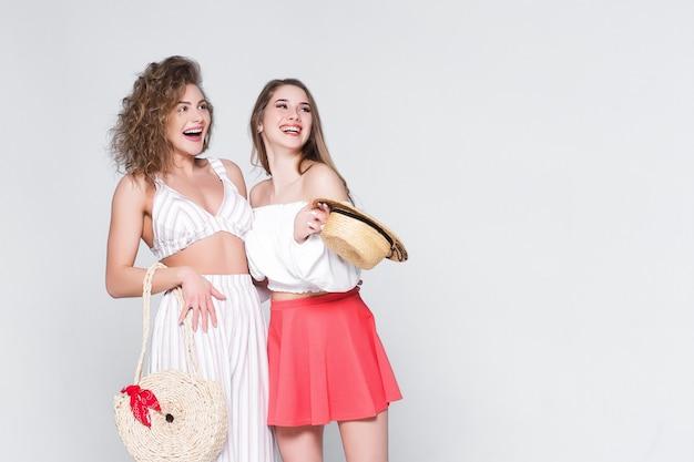 Vriendelijk concept! mooie, lachende meisjes, gekleed in casual zomerstijl!