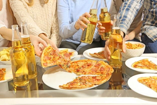 Vriendelijk feest met warme pizza en drankjes