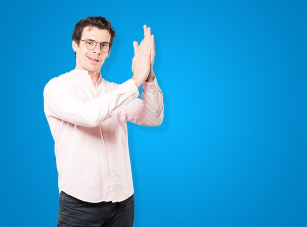 Vriendelijk jongeman applaudisserend gebaar