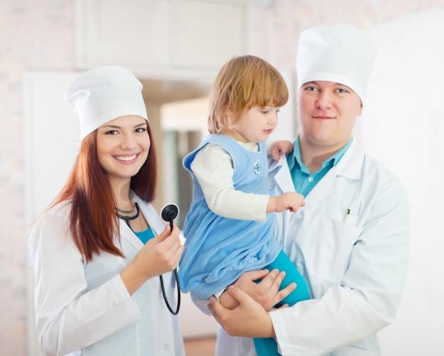 Vriendelijke artsen met kind