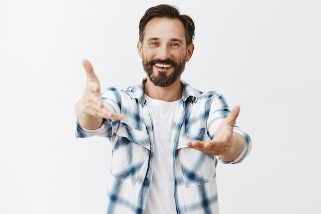 Vriendelijke bebaarde volwassen man poseren