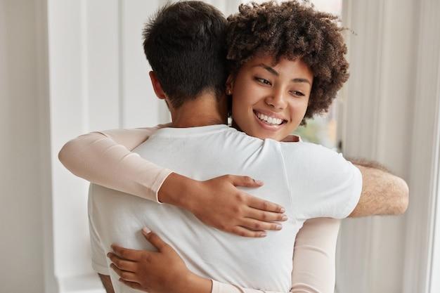 Vriendelijke broer en zus omhelzen elkaar liefdevol