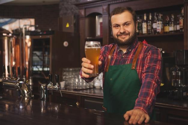 Vriendelijke brouwer die bij zijn bar werkt