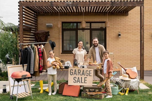 Vriendelijke familie die samen dingen verkoopt