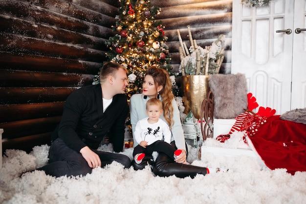 Vriendelijke familie samen genieten van tijd voor kerstmis
