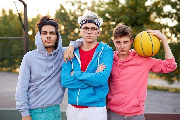Vriendelijke groep blanke tieners jongens klaar om basketbal te spelen