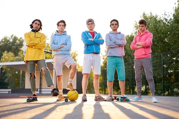 Vriendelijke groep blanke tieners jongens klaar om te spelen
