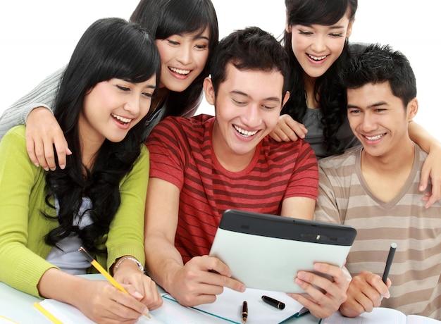 Vriendelijke groep studenten met tablet pc