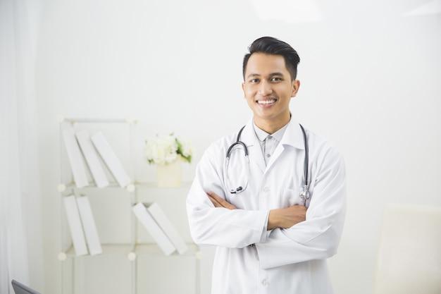 Vriendelijke mannelijke arts op zijn kantoor