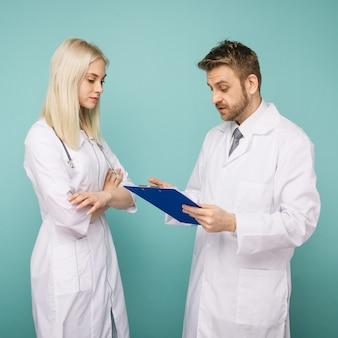 Vriendelijke mannelijke en vrouwelijke artsen. gelukkig medisch team van artsen.