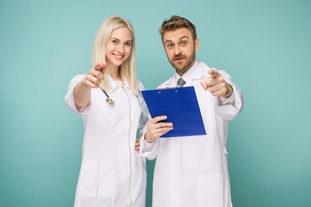 Vriendelijke mannelijke en vrouwelijke artsen