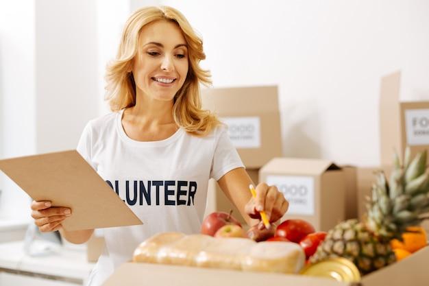 Vriendelijke mensen die werken voor voedseldonatiecampagnes