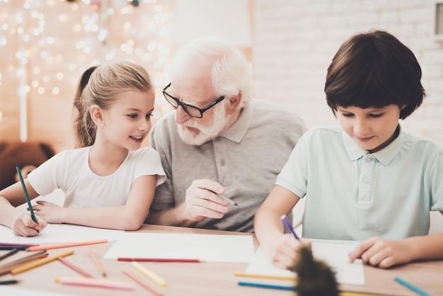 Vriendelijke ouderen opa brengt weekend door met kinderen.