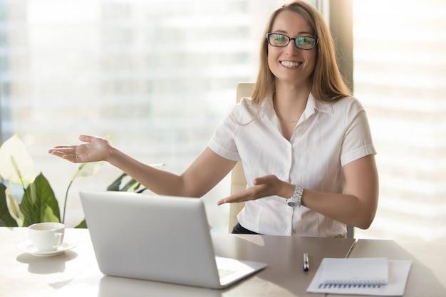 Vriendelijke receptioniste nodigt bezoekers uit voor ontmoeting