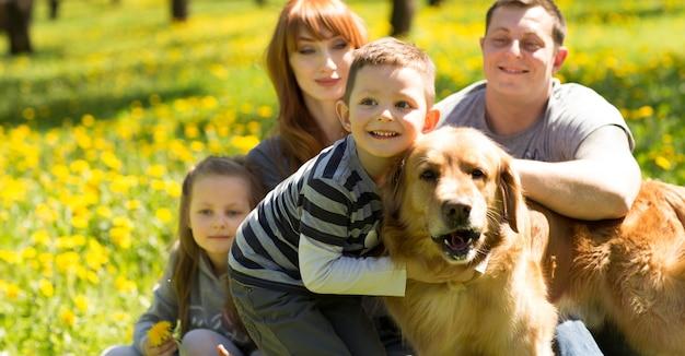 Vriendelijke, vrolijke familie die een picknick houdt.