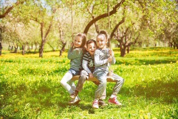 Vriendelijke, vrolijke familie met een picknick.