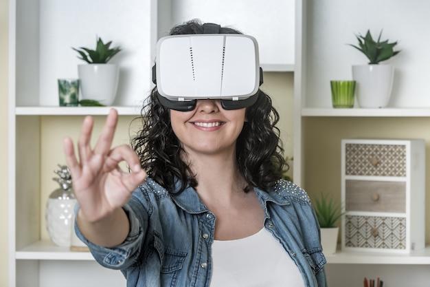 Vriendelijke vrouw in vr-bril ok gebaren