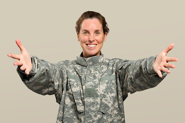 Vriendelijke vrouwelijke soldaat die haar armen uitstrekt Gratis Foto