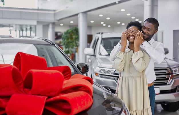 Vriendelijke zwarte man gaf een auto aan zijn vrouw