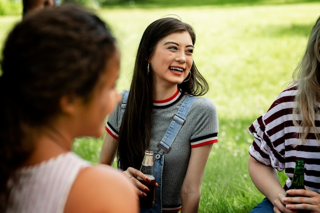 Vrienden aan het picknicken in het park
