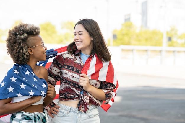 Vrienden bedekken zichzelf met de vlag van de verenigde staten
