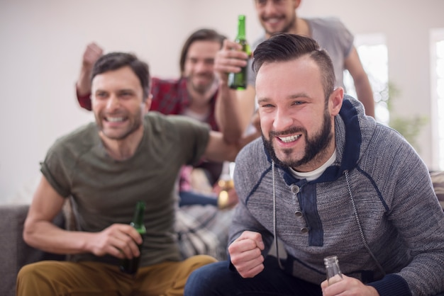 Vrienden bier drinken en voetbalwedstrijd kijken