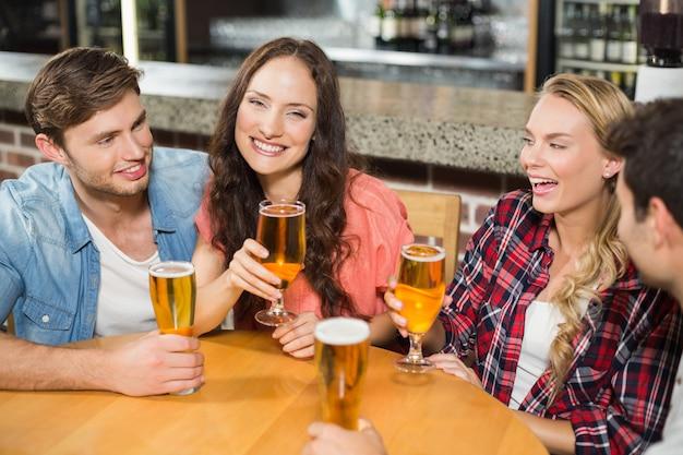 Vrienden bier drinken