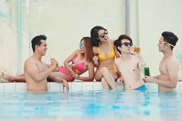 Vrienden bij zwembad