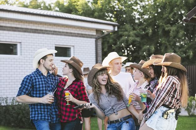 Vrienden blij op het feest grappig jong samen met een glimlach buiten