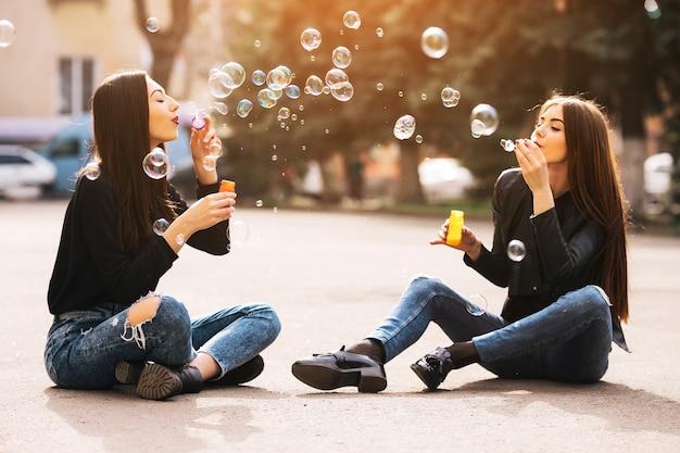 Vrienden blowing bubbles