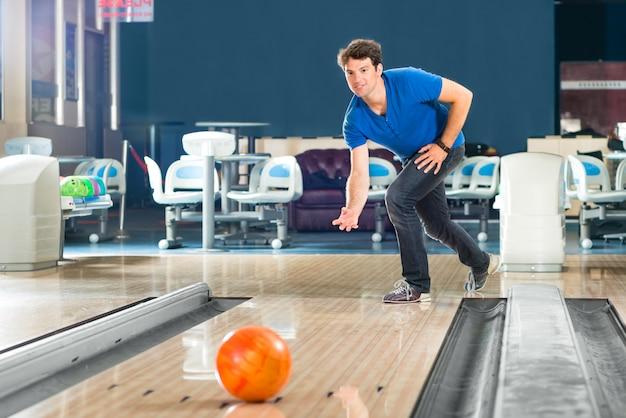 Vrienden bowlen met plezier