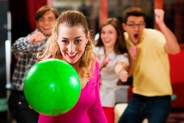 Vrienden bowlen plezier