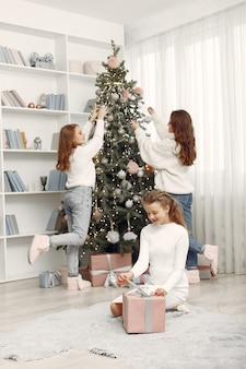 Vrienden brachten tijd thuis door. twee meisjes met kerstcadeau. zussen samen.