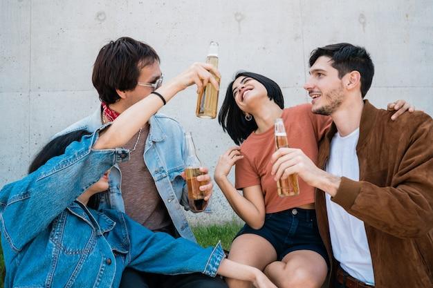 Vrienden brengen goede tijd samen door terwijl ze bier drinken.
